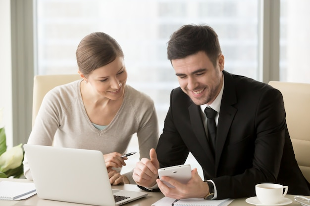 Счастливые деловые партнеры выясняют идеи стартапа