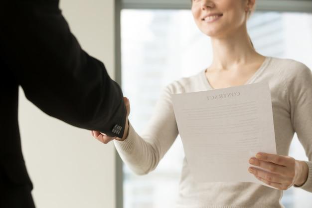 Генеральный директор женского пола поздравляет партнера с хорошей сделкой