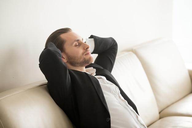 起業家が困難な日の後に家で休む