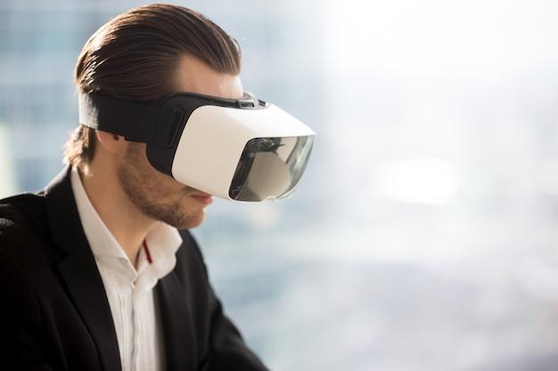 未来的な仮想現実の眼鏡をかけているビジネスマン。