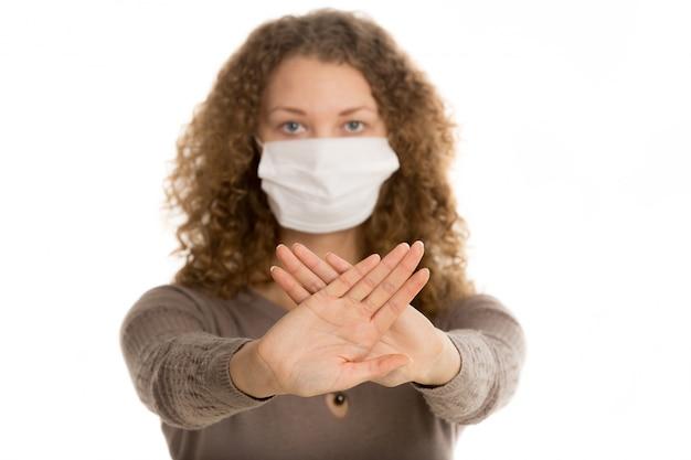 マスクを持つ女性