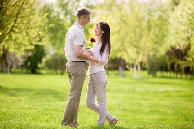 公園でお互いを見て幸せなカップル