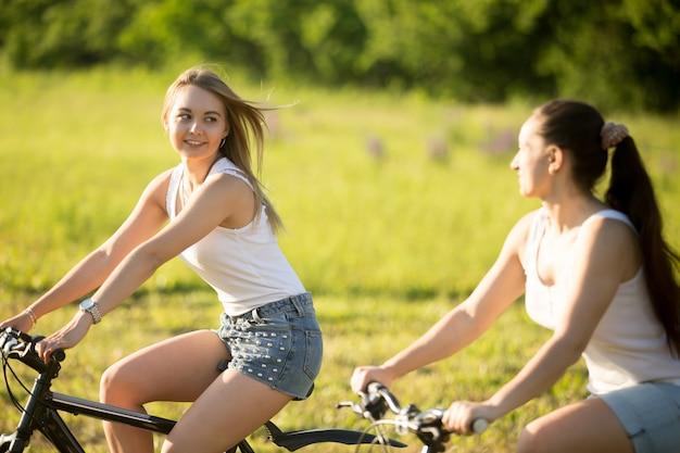 女の子サイクリング