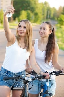 自分撮りを取る女の子バイク