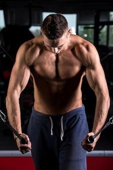 Мышечная человек делает грудь
