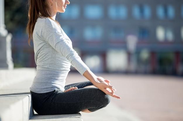 スポーツウーマンの瞑想のクローズアップ