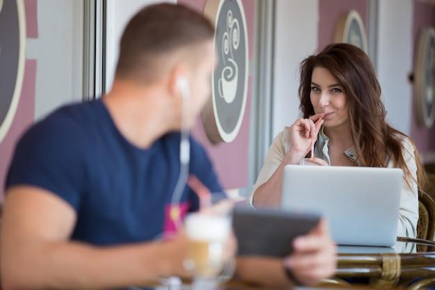 彼女のノートパソコンでの作業笑顔若い実業家