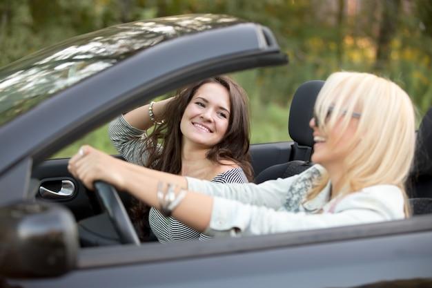 車の中で楽しんで友達