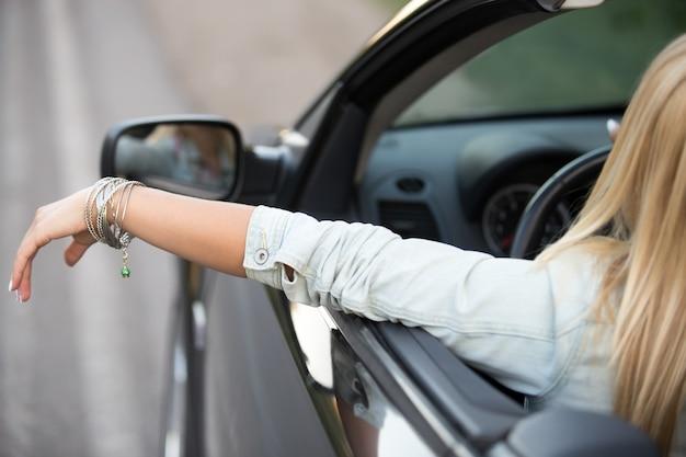 リラックスした若い女性が運転します