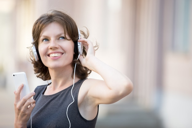 Крупным планом веселая женщина слушать музыку