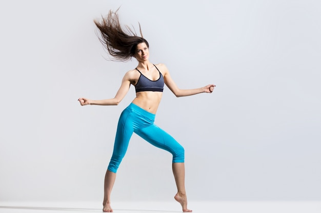 柔軟なスポーツウーマンダンス
