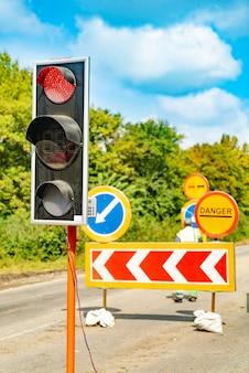 赤い光を示す道路上の信号。