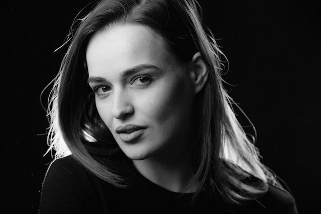 Портрет красоты привлекательной женщины с совершенными характеристиками смотря камеру