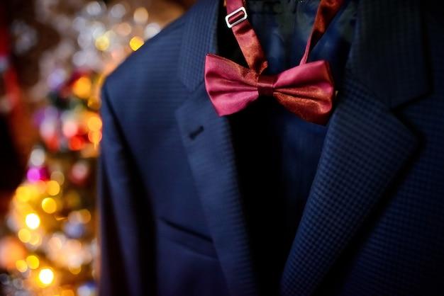 ダークブルーのウェディングスーツとワイン色の蝶ネクタイ