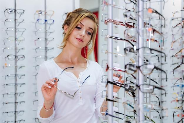 若い女の子はメガネを買う