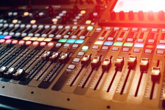 リモートサウンドエンジニア。黒のオーディオミキサーボードコンソールの多くのボタン。音楽機器。閉じる