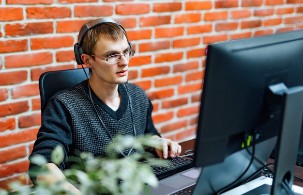 Молодой человек, работающий с компьютером
