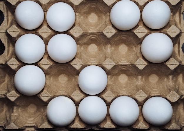 白鶏の卵の箱。閉じる。有機農村の卵