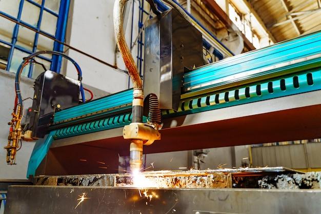 金属加工技術の切断。火花による金属板のレーザー切断