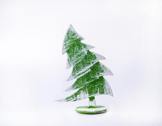 白の木製のクリスマスツリーの装飾。クリスマスのインスピレーション。