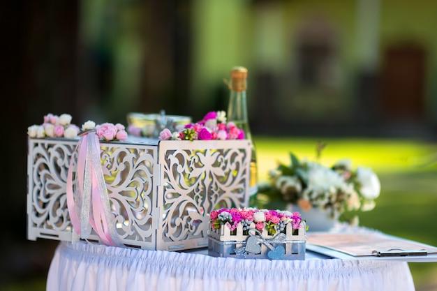 結婚式の装飾花、屋外の結婚式で小さな装飾のクローズアップビュー
