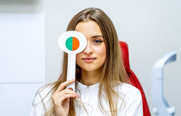 Молодая женщина делает глаз тест