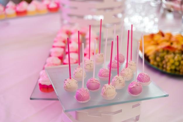 マフィン、ビスケット、マカロン、カップケーキのデザートテーブル