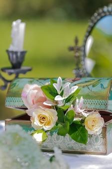 花の棺。結婚式のテーブルデコレーション。結婚式のテーブルの花の組成。装飾。詳細。