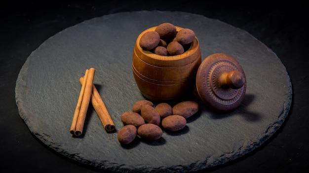 Шоколадный трюфель. трюфельные шоколадные конфеты с какао-порошком. трюфели для гурманов, сделанные шоколадом. кусочки шоколада и кофейных зерен