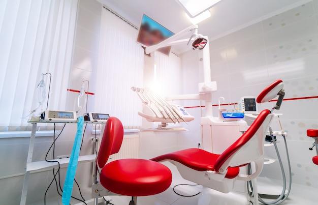 椅子とツールの現代歯科オフィスインテリア