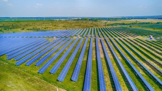 Солнечная электростанция в поле. аэрофотоснимок солнечных панелей. солнечная ферма. источник экологической возобновляемой энергии.
