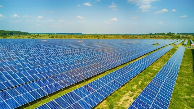 Аэрофотоснимок солнечных панелей. фотоэлектрические системы электропитания. солнечная электростанция. источник экологической возобновляемой энергии.
