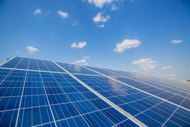 Солнечные панели на небесной стене солнечная электростанция. синие солнечные батареи. альтернативный источник электричества.
