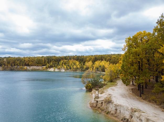 青い空と森と川の上からの眺め。美しい秋の風景。