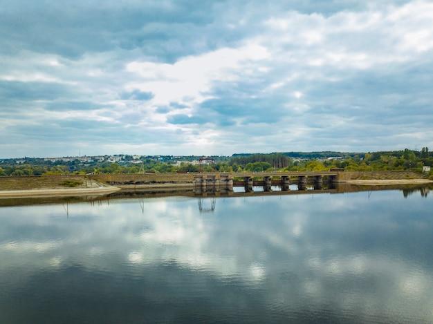 川と青い空と橋の上からの眺め。美しい秋の風景。航空写真。