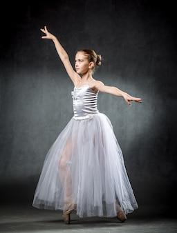 スタジオで踊っているかわいいバレリーナ