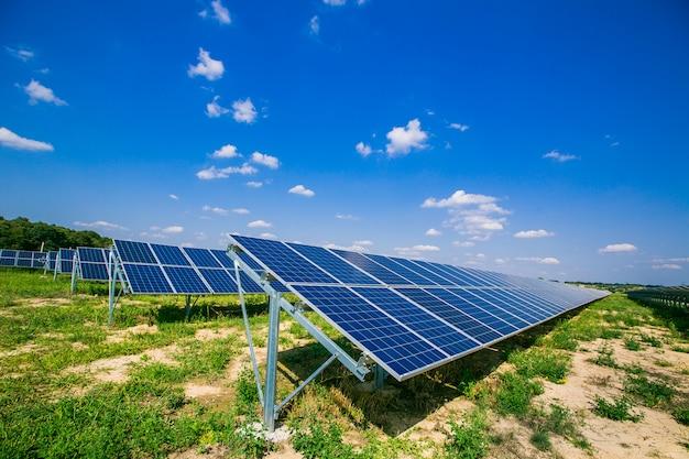 青い空の下の太陽電池パネル