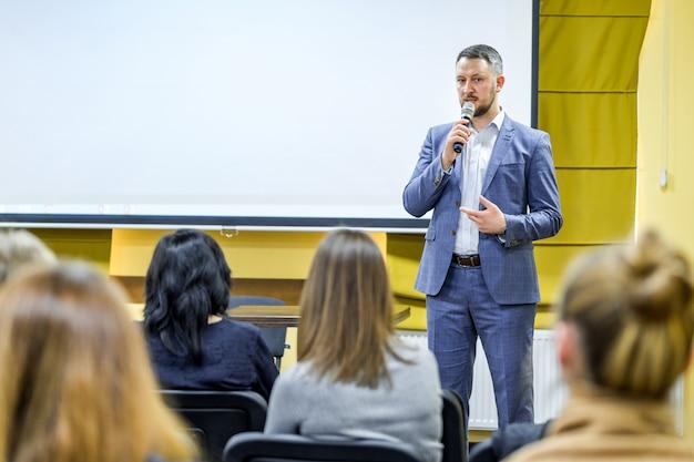 Бизнес люди семинар конференция встреча офис обучение