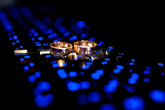 結婚指輪。結婚式のシンボル、属性。結婚式の装飾。