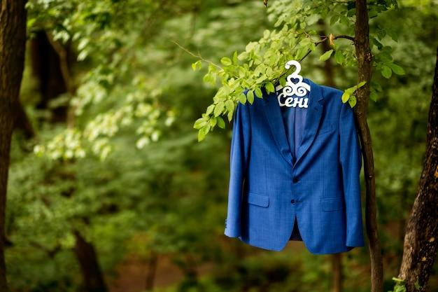 新郎のジャケット。朝の結婚式の準備。新郎アクセサリー