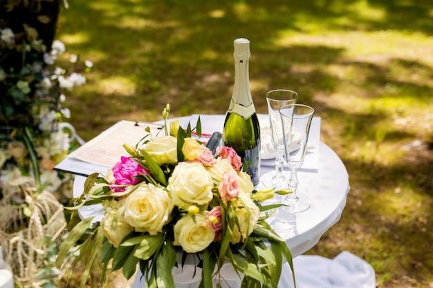 日当たりの良い天気で外の式典のための美しい結婚式の装飾