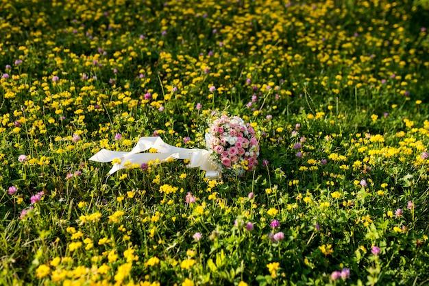 ウェディングブーケ。花嫁の花。結婚式の装飾。結婚式の日