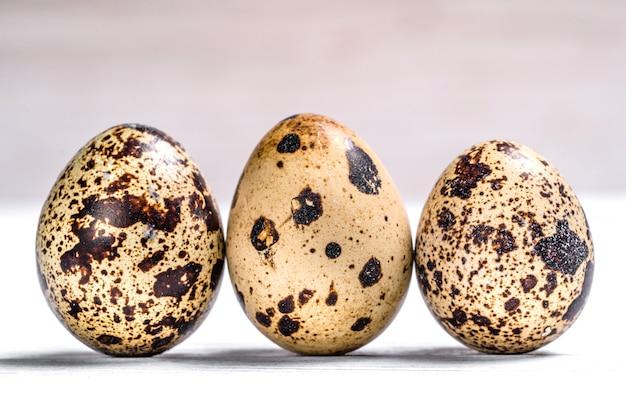 ウズラの卵。プロテインダイエット。健康的なダイエット。新鮮な農場の生ウズラの卵。