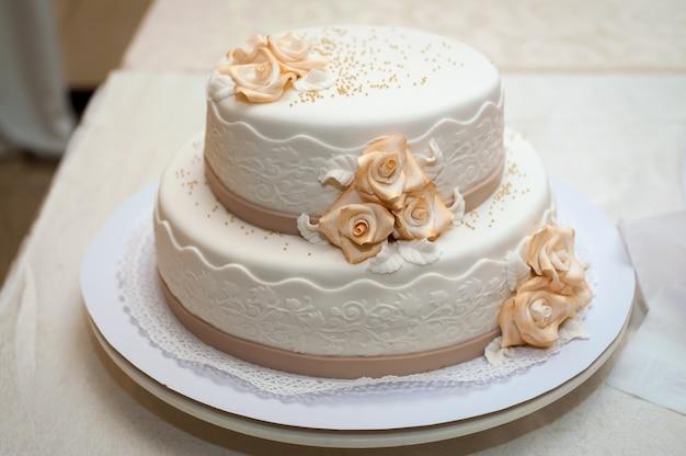 花と白いウェディングケーキ。ゲストのデザート。