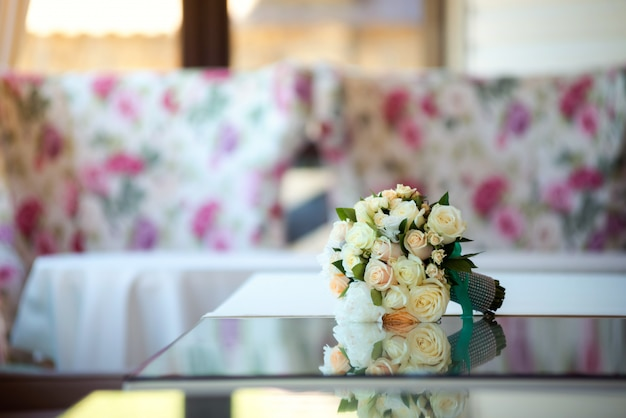 バラとエレガントな結婚式の花嫁の花束。結婚式の日