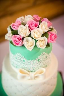 花とエレガントなウェディングケーキ。結婚式の日