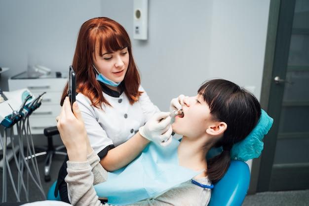 レセプション、患者の検査。