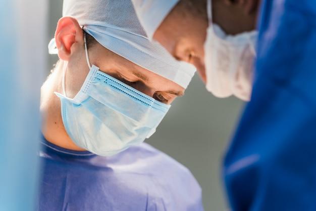 手術器具を備えた手術室の外科医のグループ