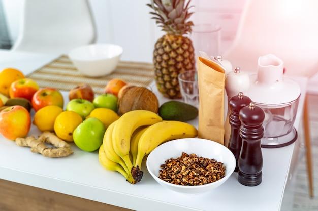 テーブルの上の新鮮な有機野菜や果物
