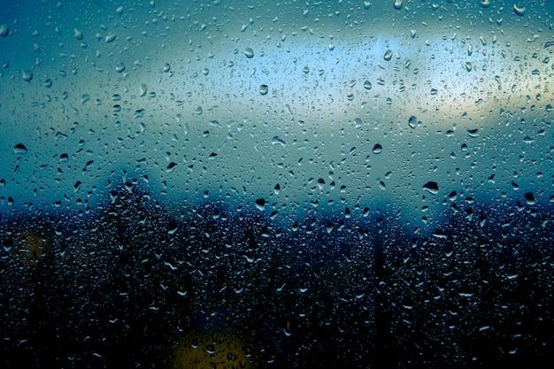 雨滴は家の窓ガラスにあります